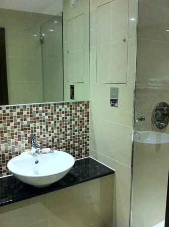 DoubleTree by Hilton Hotel London - Marble Arch: Nice modern bathroom