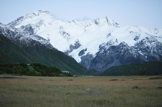 Mt Cook Lodge and Motels: Late Evening with everlasting Snow