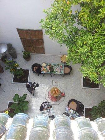 Riad Lhena:                   Gården från terrassen