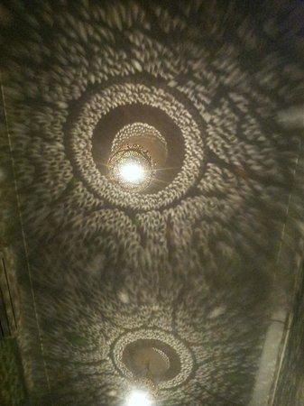Riad Lhena:                   Skuggspel i taket i Princess Room