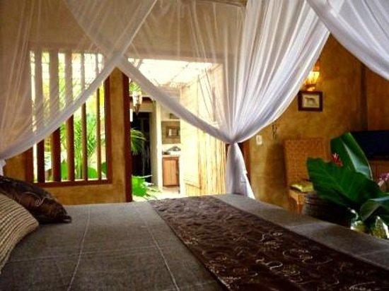 """Cor da Terra:                   Suíte """"Terra Bali"""" com vista sobre piscina e grande espaço ducha tropical"""