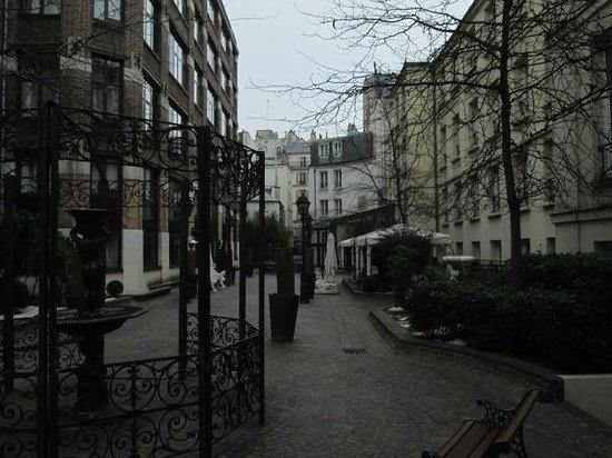 Hotel Les Jardins du Marais: la rue interieure