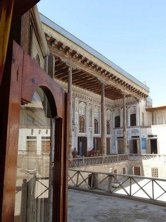 Fayzulla Khujayev House:                   Extérieur sur cour