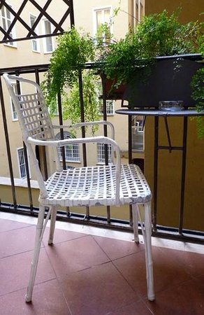 Isa Hotel:                   Liten balkong på rummet