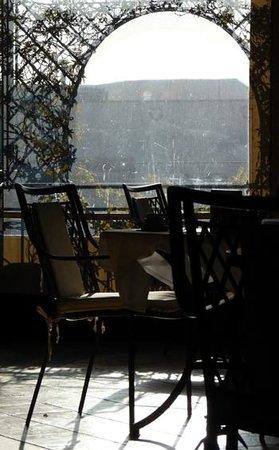 Hotel Isa:                   Terassen där frukost och mat serveras
