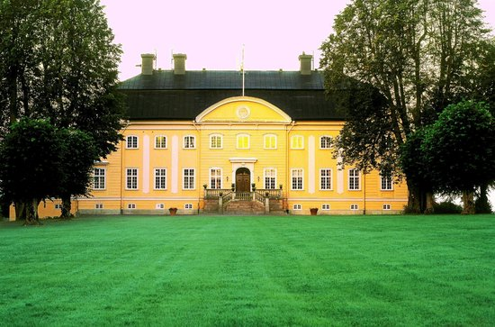 Hedenlunda Slott: The castle from the park