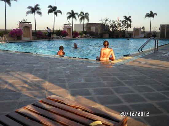 Prince Palace Hotel :                   piscine du 10 em etage