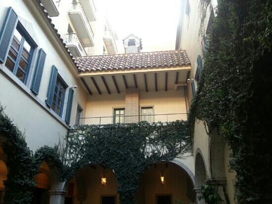 Hotel Monterey Kobe:                   入口に入ってすぐの場所。