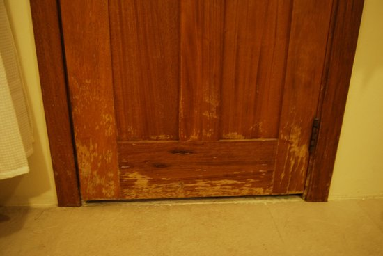 Vieng Mantra Hotel:                   varnish peeling of doors