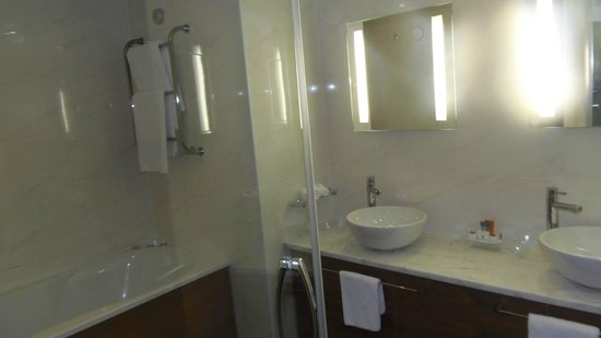 Manor West Hotel:                                     good bathroom, with great shower, jacuzzi bath etc