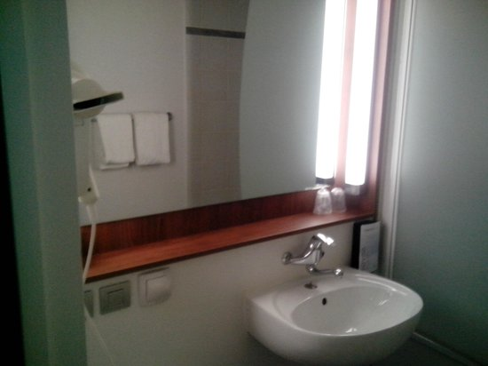 Campanile Grenoble Université - Saint Martin D'Heres : salle de bain