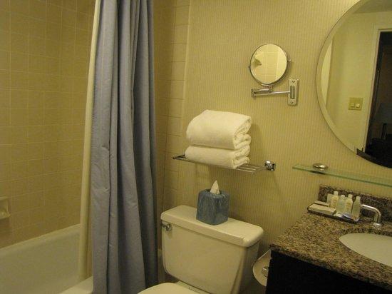 One Washington Circle Hotel: Détails sur la salle de bains - tout y est !