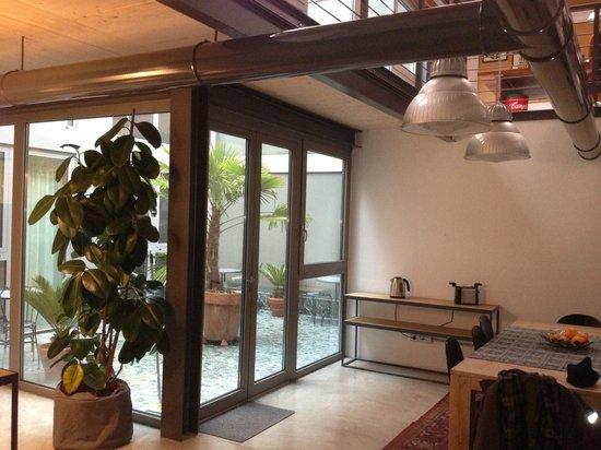 Loftverona:                   Living verso il giardino interno