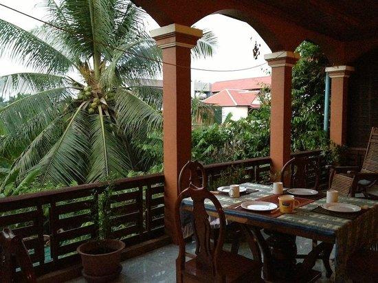 Bayon Garden Guesthouse:                   Frühstück auf der Terrasse
