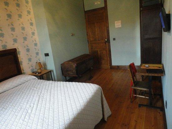 Hostal Rural Los Oteros:                   arcón en habitación