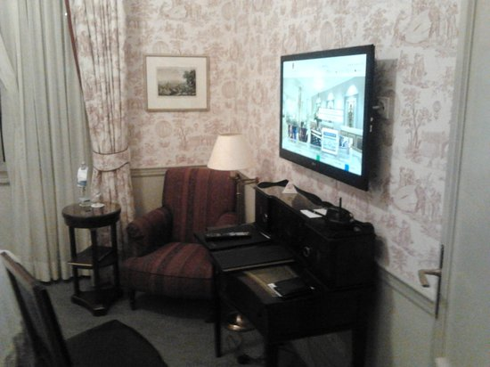 """Steigenberger Parkhotel Duesseldorf:                   TV 32"""" con canali in italiano e vasta scelta di film a pagamento."""
