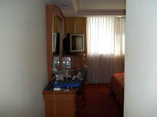 Hotel San Diego:                   Dresser, Desk, TV