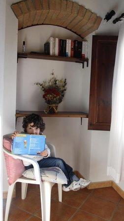 Hotel Vecchio Asilo:                   Un angolo per un pò di lettura in pieno  relax