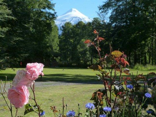 Landhaus San Sebastian:                   Blick vom Garten auf den Villarica