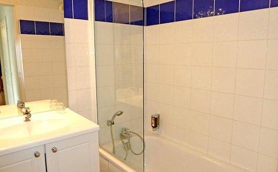 Appart'City Grenoble Meylan : Park&Suites Confort Grenoble Meylan - Bathroom with bathtub