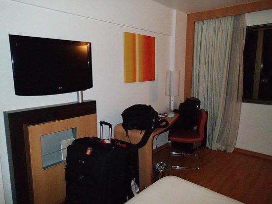 Hotel Novotel Rio De Janeiro Santos Dumont:                   Flat screen TV / Desk area