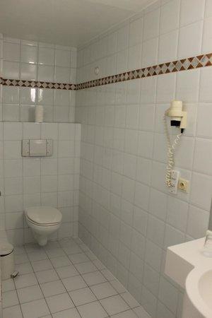 هوتل بروكسل:                   l'autre coté de la salle de bains d'en haut                 
