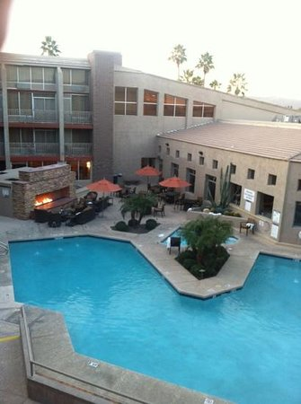 Sheraton Phoenix Airport Hotel Tempe: Cozy Pool, Jacuzzi and Fire Pit