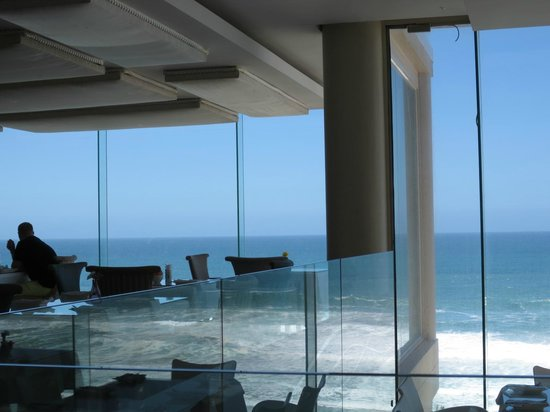 Views Restaurant: Sit close to the windows for the best view of the beach and sea