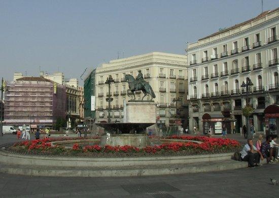 Sempre cheia de turistas picture of puerta del sol for Puerta 23 bernabeu