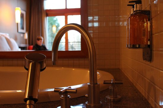 Willows Lodge: Giant, soaker bathtub