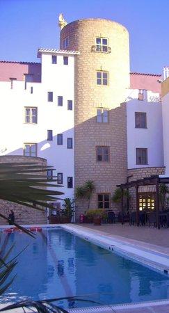 Hotel Tre Torri:                   La piscina esterna e l'hotel.