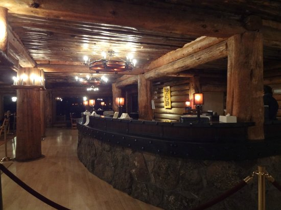 Old Faithful Inn :                   Front Desk