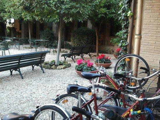 هوتل سانتا ماريا:                   El patio con las bicis                 