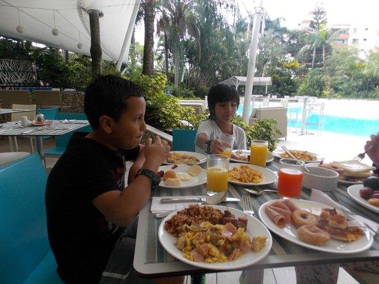 NH Cali Royal:                   Los desayunos son muy buenos y completos