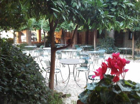 Hotel Santa Maria:                   Mesas del patio (aquí se desayuna en Verano)