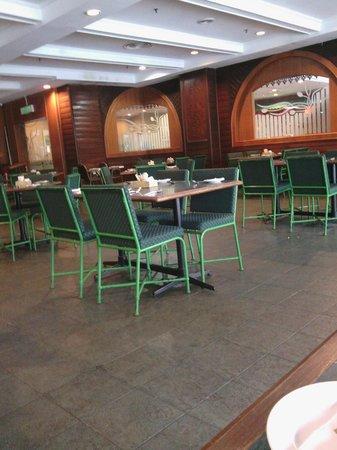 Grand DarulMakmur Hotel Kuantan: Breakfast area