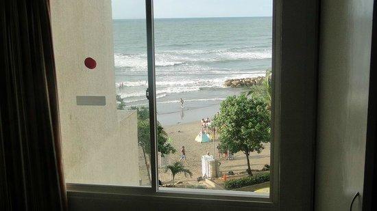 Decameron Cartagena:                   Vista desde la ventana de la habitacion a la playa