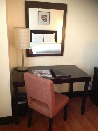 Crown Regency Hotel & Towers:                   テーブルは小さいですが、仕事をするには十分です