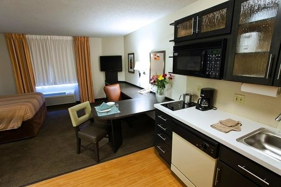 Candlewood Suites Dallas-By the Galleria: Renovated Studio Work Area and Kitchen