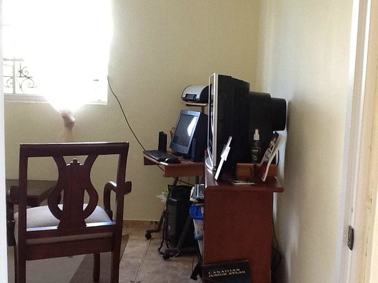Miguelina's Guest House :                   tv/ computer room