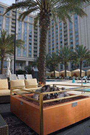Waldorf Astoria Orlando:                   Lareiras artificiais que guarnecem a piscina.