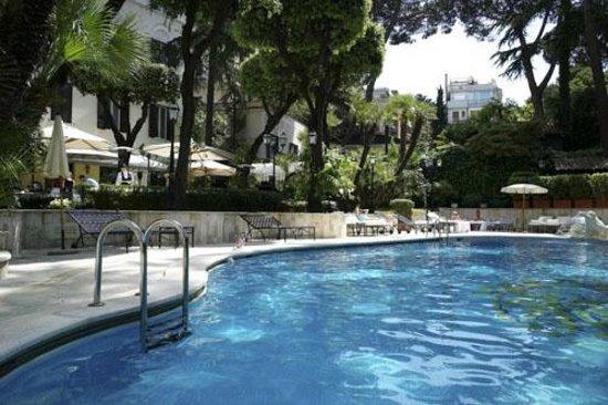 Aldrovandi Villa Borghese:                   piscine et jardin