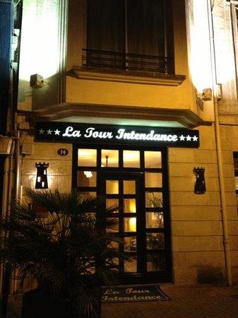 Qualys-Hôtel La Tour Intendance : l'entrée de l'hôtel