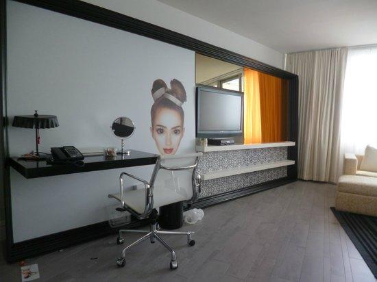 Mondrian South Beach Hotel:                   parte de la habitación enorme!!!