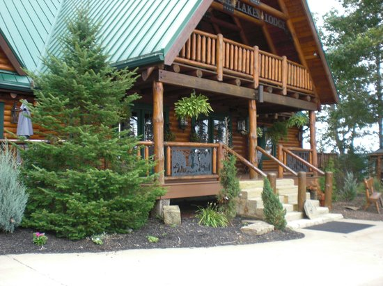 Pine Lakes Lodge B&B Resort and Conference Center:                                                       Front of Lodge