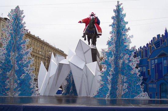 Yury Dolgoruky Monument:                   Памятник Юрию Долгорукову в одеждах Деда Мороза