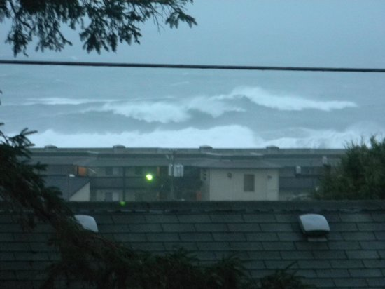 Inn at Wecoma Lincoln City:                   View from 2nd floor balcony. Ocean was rough that day.