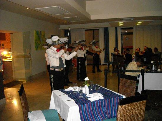 Ocean Coral & Turquesa:                   cenas con mariachis