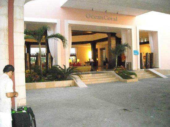 Ocean Coral & Turquesa:                   entrada hotel