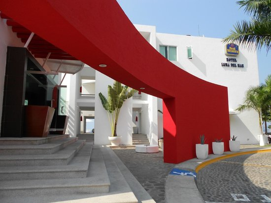 Best Western Plus Luna Del Mar :                   Vista del ingreso al hotel.
